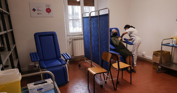 Ministerstwo Zdrowia informuje o  4 029 nowych przypadkach zakażenia koronawirusem. Ostatniej doby zmarło 227 chorych na Covid-19. Bilans epidemii koronawirusa w Polsce to 1 556 685 zakażonych. Nie żyje 39 360 spośród nich.