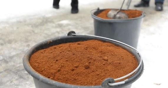 Fusy z kawy zamiast mieszaniny soli i piasku: polskie miasta testują nowy sposób radzenia sobie z oblodzeniami na chodnikach. Nowy trend dotarł już do Warszawy i Sosnowca, do wdrożenia aromatycznego rozwiązania przymierza się również Kraków.