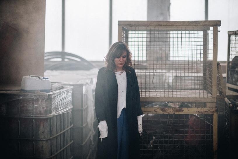 """Tola Szlagowska, która zrobiła karierę występując w zespole Blog 27, opublikowała nową piosenkę. """"Recycled/Fragile"""" zapowiada solowy album """"Subtitles""""."""