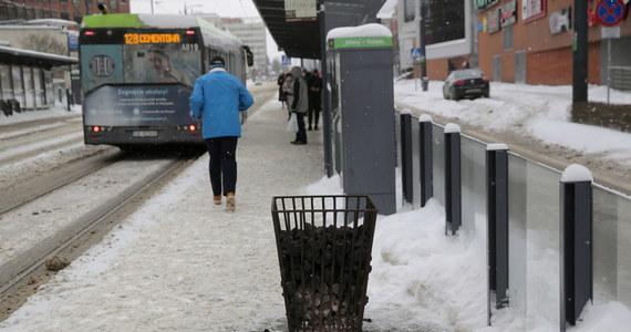 Mieszkanka Olsztyna zobaczyła idącego na bosaka zaśnieżonym chodnikiem malca w piżamce. O 6:00 rano było kilkanaście stopni mrozu. 4-latek – jak się okazało - sam wyszedł z domu i postanowił wyruszyć do przedszkola.