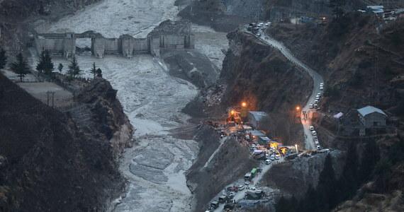 Władze odnalazły ciała kolejnych pięciu osób, które zginęły podczas gwałtownej powodzi na rzece Dhauliganga w Indiach. Ratownicy próbują dostać się do zalanego tunelu z 35 robotnikami. W sąsiednim tunelu 12 osób wisiało na żelaznych prętach przez trzy-cztery godziny, czekając na pomoc.