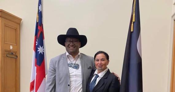 """Jeden z liderów nowozelandzkiej Partii Maorysów Rawiri Waititi został wyrzucony z posiedzenia parlamentu, ponieważ nie miał krawata - informuje BBC. Przemawiający w parlamencie mężczyźni są zobowiązani do noszenia krawata, który Waititi nazywa """"kolonialną pętlą""""."""