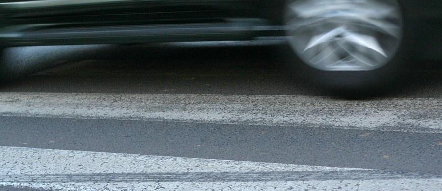 Pijany kierowca potrącił dwóch chłopców na przejściu dla pieszych w Sławnie (woj. zachodniopomorskie) i uciekł z miejsca zdarzenia. Został zatrzymany dopiero po policyjnym pościgu.