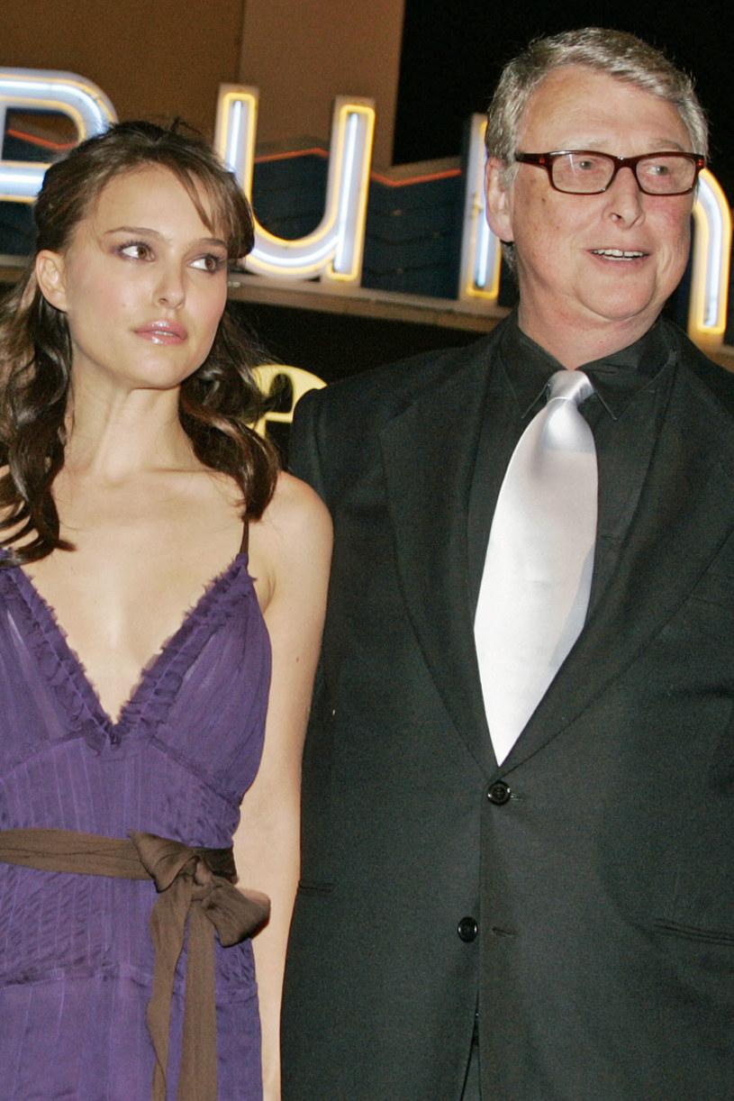 """Kilka dni temu ukazała się książka poświęcona legendarnemu reżyserowi, Mike'owi Nicholsowi. Jedną z gwiazd czule wspominających w niej laureata Oscara jest Natalie Portman. Słynna aktorka wyznała, że twórca """"Absolwenta"""" opiekował się nią, odkąd wkroczyła do świata filmu. Jak podkreśliła, był on """"jedynym starszym mężczyzną w branży, który nie zachowywał się wstrętnie""""."""