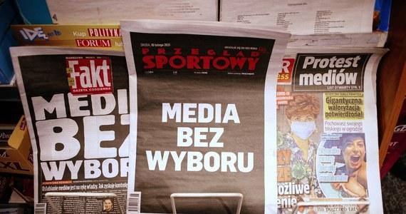 """Rzecznik Praw Obywatelskich w pełni solidaryzuje się z akcją protestacyjną niezależnych mediów. """"Z najwyższym zaniepokojeniem przyjmuję ogłoszoną przez rząd inicjatywę. Może to istotnie wpłynąć na ograniczenie wolności mediów i wolności słowa, a tym samym ograniczenie prawa obywateli do informacji"""" - napisał Adam Bodnar."""