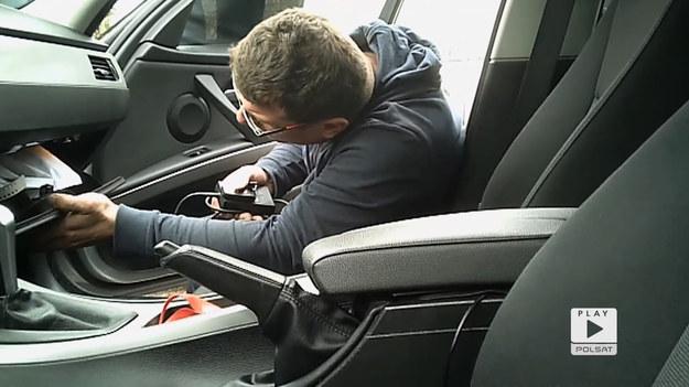"""Wygląda na to, że BMW 318D, zgodnie z zapewnieniami sprzedającego jest bezwypadkowe i stan faktyczny zgadza się z opisem. Jacek Balkan nie ustępuje, i dokładnie sprawdza, czy w rzeczywistości samochód nie miał żadnych przykrych przygód.  Fragment 10. odcinka programu """"Autościema""""."""