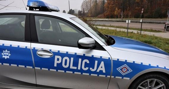 W Kruklankach koło Giżycka na Mazurach 32-letni kierowca, którego policjanci chcieli zatrzymać do kontroli, porzucił samochód i zaczął uciekać. W aucie zostawił 8-latka.
