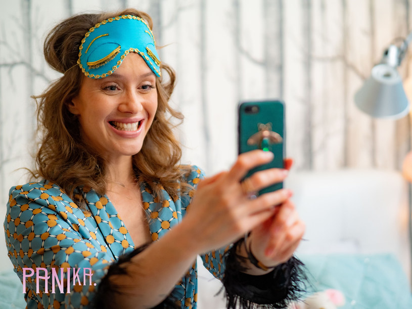 """""""Pani Ka."""" to interaktywna produkcja, w której tytułową rolę zagrała Hanna Konarowska. Wraz z innymi polskimi gwiazdami będzie odsłaniać kulisy świata social mediów i mierzyć się, jako niespełniona aktorka, z wyzwaniami branży filmowej. Serial będzie dostępny na Instagramie (IGTV) oraz Facebooku."""