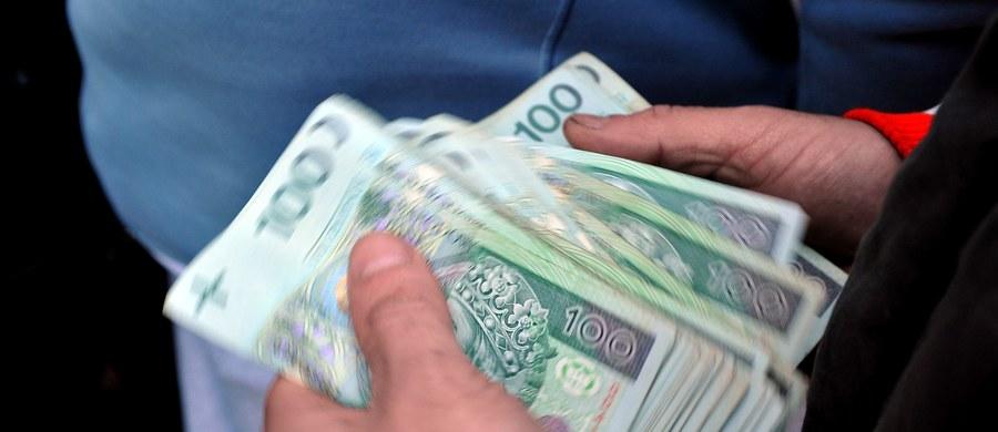 Prokuratura poinformowała o rozpoczęciu międzynarodowych poszukiwań trójki Gruzinów podejrzanych o dokonanie napadu na konwojenta w Łodzi. Według nieoficjalnych informacji RMF FM, łupem złodziei mogły paść wtedy ponad 3 miliony złotych.