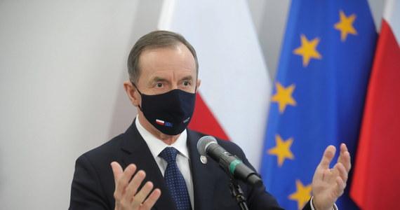 Wzywam rządzących do wycofania się ze złego projektu ws. podatku reklamowego, demokratyczna większość w Senacie nie zaakceptuje zamachu na wolne media, które są fundamentem demokracji - powiedział marszałek Senatu Tomasz Grodzki.