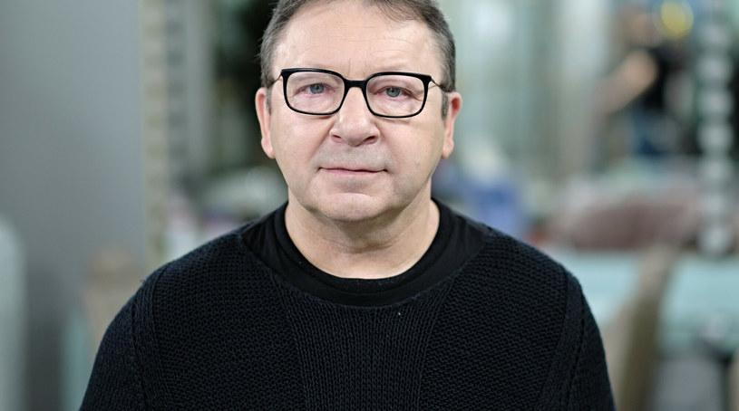 """Zbigniew Zamachowski jest poważnie chory - informuje """"Super Express"""". Z powodu choroby aktor i jego żona Monika musieli zostać rozdzieleni. Co dzieje się ze zdrowiem 60-letniego gwiazdora kina?"""