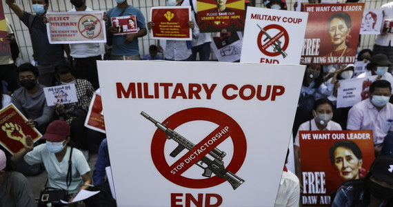Policja w Mjanmie oddała strzały, by rozgonić protesty przeciwko wojskowej dyktaturze, która przejęła władzę w kraju. Armia nasila aresztowania polityków obalonej Narodowe Ligi na rzecz Demokracji (NLD), urzędników komisji wyborczej i uczestników akcji strajkowej.