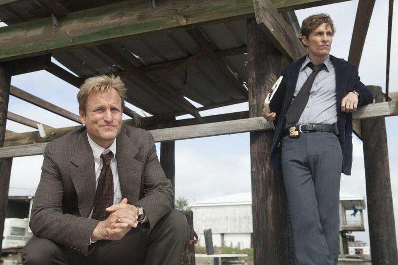 """Po ogromnym sukcesie pierwszego sezonu serialu HBO """"Detektyw"""", w którym w rolach głównych wystąpili Matthew McConaughey i Woody Harrelson, dwa kolejne sezony nie spotkały się już z tak ciepłym przyjęciem. Mimo to powstanie czwartego sezonu jest bardziej prawdopodobne niż do tej pory. Odpowiedzialny za treści na HBO i HBO Max Casey Bloys wyjawia, że trwa właśnie poszukiwanie scenarzystów, którzy tchnęliby nowego ducha w tę serię."""