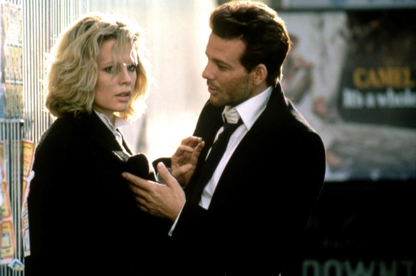 """Przed Anastasią Steele i Christianem Greyem była inna para, której sadomasochistyczne praktyki rozpalały wyobraźnię widzów. W filmie """"Dziewięć i pół tygodnia"""" młoda kobieta ulega przystojnemu maklerowi Johnowi Grayowi, który wprowadza ją do świata seksualnych perwersji. Chociaż film pierwotnie okazał się finansową klapą, w kolejnych latach stał się dziełem kultowym. 14 lutego 2021 roku mija dokładnie 35 lat od jego premiery."""