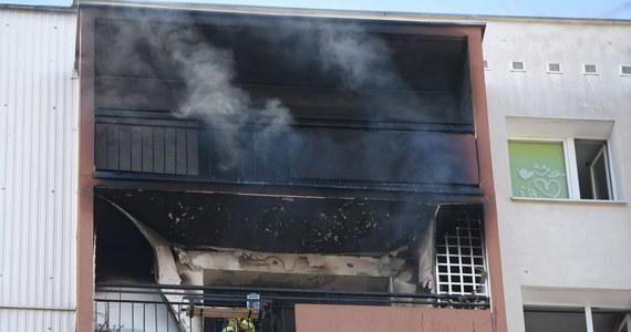 Dramatyczna akcja strażaków w Poznaniu: na osiedlu Kopernika zapaliło się mieszkanie na przedostatnim piętrze 11-piętrowego wieżowca. Dym odciął drogę ucieczki 12-letniej dziewczynce.