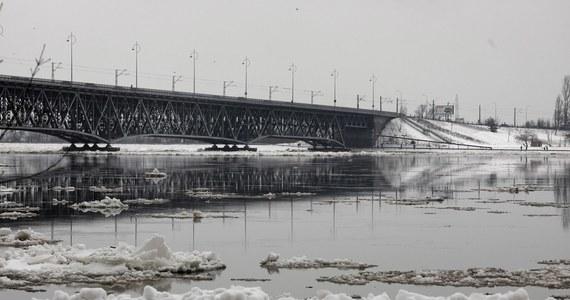 W Płocku w województwie mazowieckim 48-letni mężczyzna skoczył z mostu drogowo-kolejowego do częściowo skutej lodem Wisły. Zdarzenie zauważył patrol Straży Miejskiej, który ruszył mężczyźnie na pomoc wraz z żołnierzami Wojsk Obrony Terytorialnej i strażakami biorącymi udział w działaniach przeciwpowodziowych. Mężczyzna został przewieziony do szpitala. Wieczorem poinformowano, że zmarł.