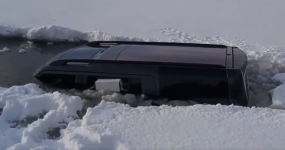 O dużym szczęściu może mówić 56-letni kierowca, który wjechał samochodem na zamarznięte Jezioro Choczewskie w województwie pomorskim. Lód pękł i samochód zanurzył się do wysokości dachu. Mężczyzna zdołał wydostać się z pojazdu.