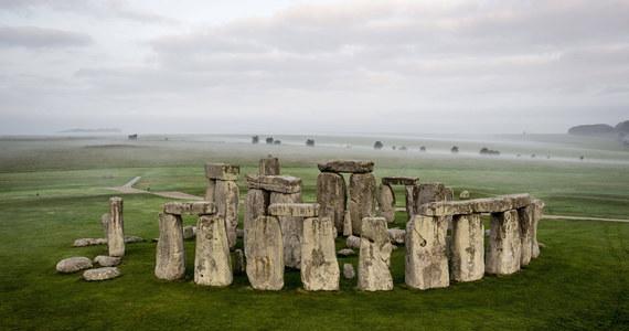 Archeolodzy wpadli na nowy trop w kwestii pochodzenia Stonehenge. Wszystko za sprawą odkrycia pozostałości starożytnego, kamiennego kręgu w Walii. Według jednej z hipotez mógł on zostać rozebrany i odbudowany setki lat później w Anglii.