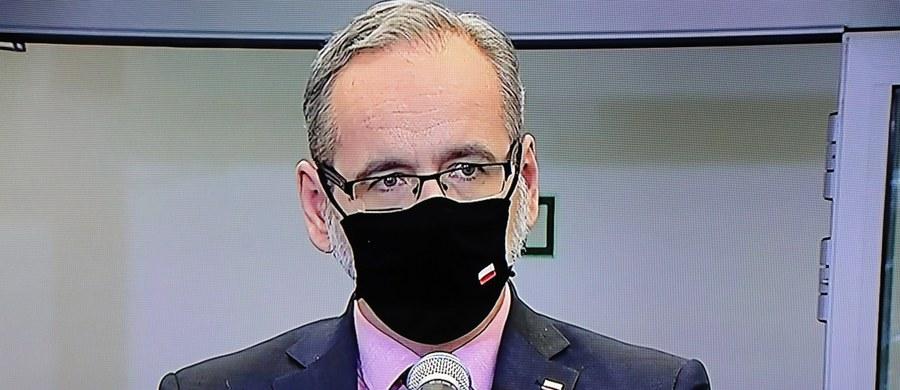 """""""Pojawiają się badania – ale to są na razie tylko i wyłącznie badania – które mówią, że odpowiedź immunologiczna ozdrowieńców jest jak przy podawaniu drugiej dawki u zwykłego pacjenta"""" – powiedział w Polsat News minister zdrowia Adam Niedzielski, pytany o doniesienia, że ozdrowieńcy nie muszą być szczepieni drugą dawką szczepionki przeciwko Covid-19. Zaznaczył jednak, że rząd czeka na dowody z badań naukowych i rekomendacje specjalistów w tej sprawie. """"Na razie absolutnie żadnej takiej decyzji nie podejmujemy"""" – zapewnił."""