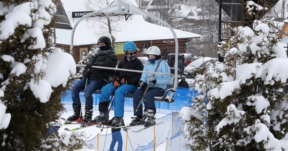 Weekend w kraju przynosi delikatne ocieplenie, ale chłód utrzyma się na południu i krańcach wschodnich. Warunki do jazdy na nartach nie będą najgorsze, choć będzie wiało i sypało śniegiem. Warto więc zabrać gogle i dobrze się ubrać.