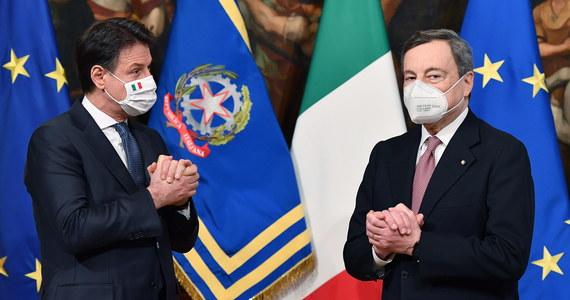 """Nowy rząd Włoch premiera Mario Draghiego został w sobotę zaprzysiężony w Pałacu Prezydenckim. Były prezes Europejskiego Banku Centralnego powołał gabinet """"odpowiedzialności narodowej""""; tworzą go politycy dotychczasowej koalicji i opozycji oraz eksperci."""