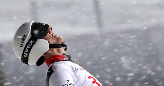 """""""Jest jednak podium. Czego chcieć więcej? Trzeba dalej walczyć. W końcu komuś braknie do mnie"""" - tak Andrzej Stękała skomentował wywalczenie drugiego miejsca w konkursie indywidualnym Pucharu Świata w skokach narciarskich w Zakopanem. Polskiego zawodnika od zwycięzcy zawodów Ryoyu Kobayashego dzieliła różnica zaledwie 0,3 punktu."""