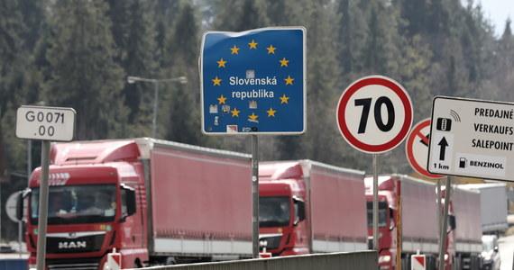 Słowacja od poniedziałku zamyka dla ruchu osobowego i towarowego mniejsze przejścia graniczne z sąsiadami, w tym 10 z Polską. Na pozostałych przejściach od środy mają być prowadzone wzmożone kontrole - poinformowała słowacka policja.