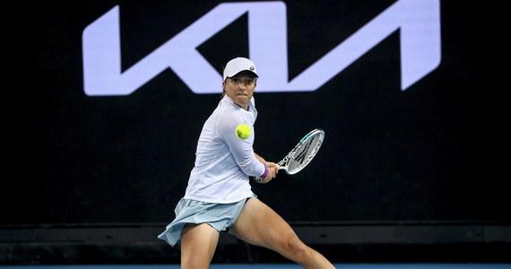 Dla polskich kibiców to wyjątkowo emocjonujący poranek: Iga Świątek zmierzy się z wiceliderką światowego rankingu tenisistek Simoną Halep w pojedynku, którego stawką jest ćwierćfinał Australian Open. Co ciekawe, 19-letnia Polka i starsza o 10 lat Rumunka już po raz trzeci spotkają się w 1/8 finału wielkoszlemowych zmagań.