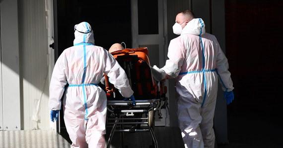 W ciągu ostatniej doby w Polsce koronawirusa potwierdzono u 5 334 osób. Najwięcej nowych zarażonych jest na Mazowszu - ponad tysiąc osób. Z najnowszych danych Ministerstwa Zdrowia wynika, że zmarło 98 pacjentów z Covid-19. Ogółem w Polsce koronawirusem zaraziło się 1 588 955 osób. Zmarło 40 807 pacjentów. Dobra wiadomość jest taka, że tylko od wczoraj przybyło ponad 5,5 tys. ozdrowieńców.