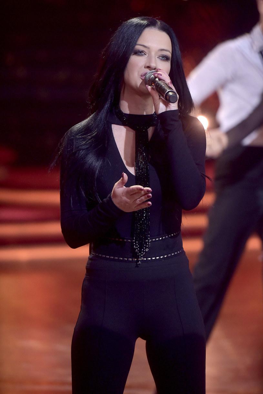 """Po dwóch latach muzycznej przerwy Jula powraca z najnowszym singlem """"Miedzy wierszami"""", który rozpoczyna nowy rozdział w jej karierze i zapowiada czwartą płytę studyjną artystki."""