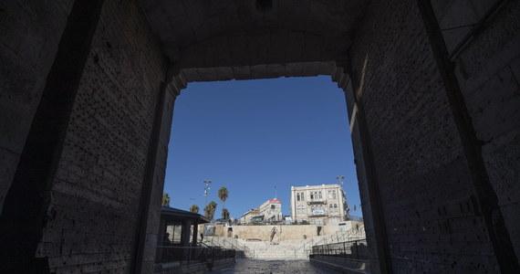 """Izraelskie lotnictwo przeprowadziło w nocy z niedzieli na poniedziałek atak rakietowy na cele wojskowe wokół stolicy Syrii, Damaszku - poinformowała syryjska agencja SANA, dodając, że obrona przeciwlotnicza """"zestrzeliła większość pocisków""""."""
