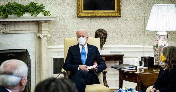 Prezydent USA Joe Biden wezwał w niedzielę Kongres, w trzecią rocznicę masakry w szkole średniej w Parkland na Florydzie, do zaostrzenia przepisów dotyczących broni palnej. Obiecywał położyć kres epidemii przemocy.