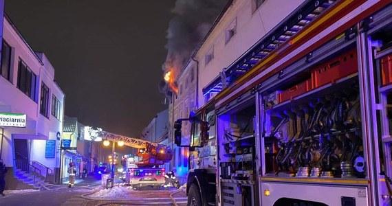 Cztery osoby ucierpiały w pożarze kamienicy w Nowym Tomyślu. Strażakom udało się opanować ogień.