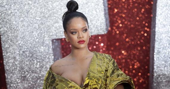 Kreacje Rihanny przegrały z koronawirusem: paryski dom mody Fenty zawiesił działalność z powodu niezadowalającej sprzedaży ubrań, butów i okularów. Na drodze do sukcesu stanęła słynnej piosenkarce i jej marce m.in. pandemia.