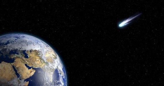 """Dwóch badaczy z Center for Astrophysics   Harvard & Smithsonian (CfA) sugeruje, że katastrofa, która 66 milionów lat temu doprowadziła do wyginięcia mniej więcej trzech czwartych roślin i zwierząt na Ziemi, w tym dinozaurów, przyszła raczej z daleka, niż bliska. Ich zdaniem kometa, która uderzyła wtedy w Ziemię pochodziła prawdopodobnie z odległego Obłoku Oorta, a nie ze znacznie bliższego nam pasa planetoid między orbitami Marsa i Jowisza. W swej pracy, opublikowanej na łamach czasopisma """"Scientific Reports"""" badacze twierdzą, że kosmiczny obiekt zmienił tor lotu pod wpływem siły grawitacji Jowisza i rozpadł się bliżej Słońca na mniejsze fragmenty."""