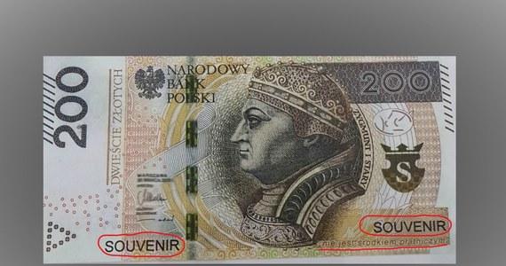 """Banknotem 200-złotowym służącym do… gier zapłacił za zakupy w sklepie w Mławie 15-letni mieszkaniec miasta. Choć banknot miał po obu stronach adnotacje: """"souvenir"""" i """"Nie jest środkiem płatniczym"""", obsługa zorientowała się dopiero po kilku dniach. I zawiadomiła policję."""