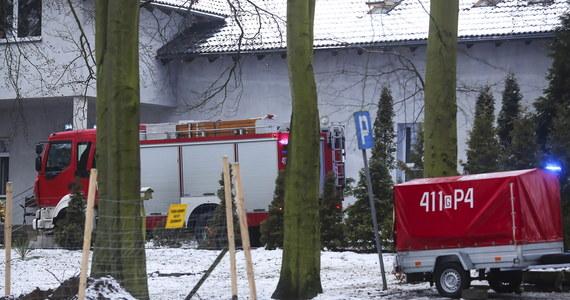 Dyrektorka hospicjum w Chojnicach w Pomorskiem i jej zastępca z zarzutami za ubiegłoroczny pożar w obiekcie. Rok temu w ogniu zginęło 4 podopiecznych. Barbarze B. i Jerzemu K. prokuratura okręgowa w Słupsku postawiła zarzut niedopełnienia obowiązków w zakresie zapewnienia bezpieczeństwa przeciwpożarowego.