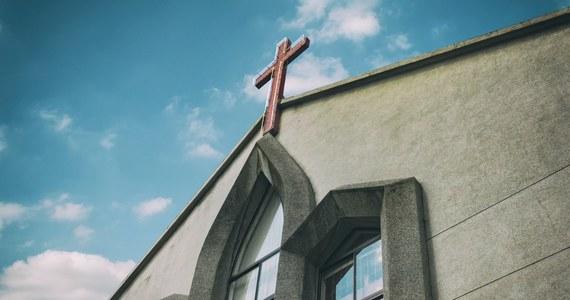 Środa Popielcowa to dla Kościoła katolickiego dzień, kiedy rozpoczyna się okres – trwającego 40 dni – Wielkiego Postu. Tradycyjnie wówczas wierni idą do świątyń i podczas mszy świętej uczestniczą w obrzędzie posypania głowy popiołem. Ze względu na czas pandemii Kongregacja ds. Kultu Bożego i Dyscypliny Sakramentów wydała specjalne zalecenia.
