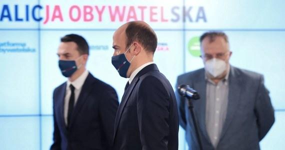 31 proc. Polaków zagłosowałoby na formacje tworzące Zjednoczoną Prawicę. Drugie miejsce zajęła KO z wynikiem 18 proc., aczkolwiek to spory spadek w porównaniu z poprzednim badaniem. Na trzecim miejscu uplasował się ruch Polska 2050 Szymona Hołowni - wynika z sondażu Kantar.