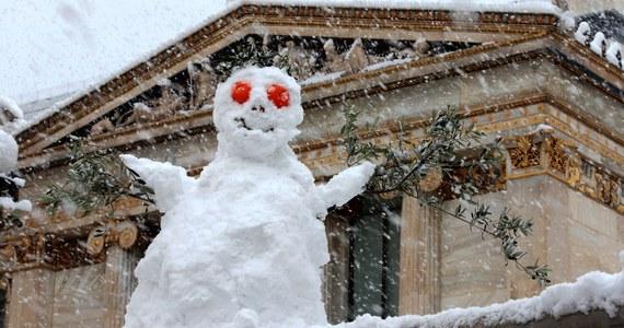 Przerwy w dostawie prądu, duże utrudnienia w ruchu drogowym i ludzie zablokowani w swoich domach - to skutki opadów śniegu w Grecji, które według lokalnych meteorologów są największe w tym kraju od 12 lat.