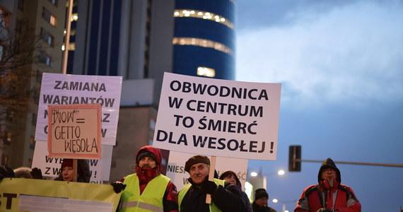 Mieszkańcy stołecznej dzielnicy Wesoła mogą odetchnąć z ulgą. Generalna Dyrekcja Ochrony Środowiska uchyliła decyzję środowiskową ws. qschodniej obwodnicy Warszawy. Oznacza to, że przynajmniej na razie nie będzie tej drogi ekspresowej, która miała na kilkumetrowym nasypie przebiegać przez centrum dzielnicy.