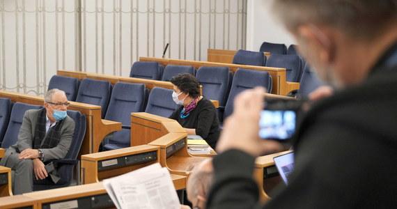 Senat zajmie się kwestią wyrażenia zgody na powołanie Piotra Wawrzyka na Rzecznika Praw Obywatelskich w czwartek; tego samego dnia odbędzie się głosowanie - poinformował w środę przed rozpoczęciem posiedzenia marszałek Senatu Tomasz Grodzki. Poparcie Wawrzyka przez senacką większość jest niemal wykluczone.