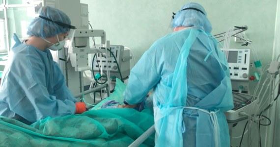 Mamy 8694 nowe przypadki zakażenia koronawirusem - poinformowało Ministerstwo Zdrowia. Resort podał też informację o zgonach 279 osób, które chorowały na Covid-19.