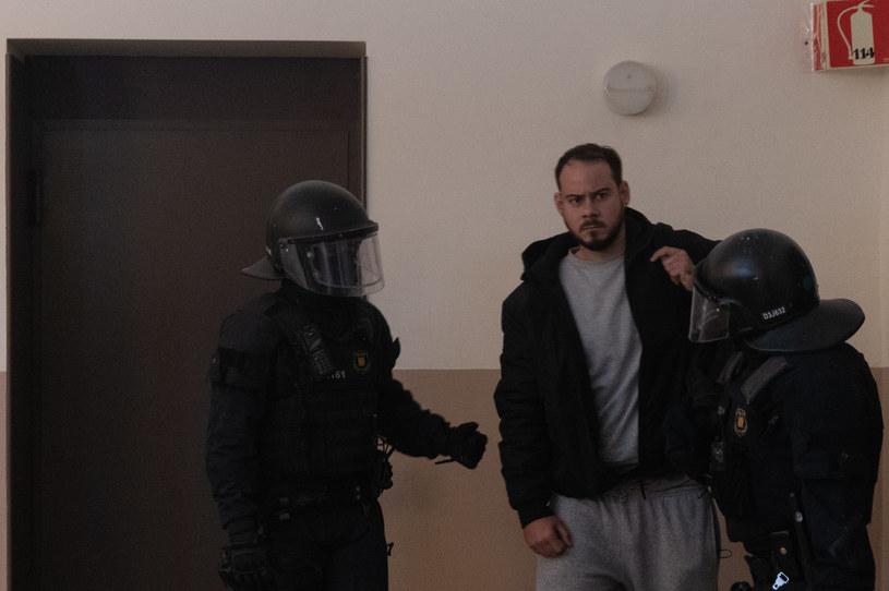 Hiszpańska policja siłą doprowadziła do więzienia rapera Pablo Hasela. Został skazany za gloryfikowanie terroryzmu i obrazę króla. Po jego aresztowaniu na ulicach wybuchły zamieszki. Policja musiała użyć gumowych kul.