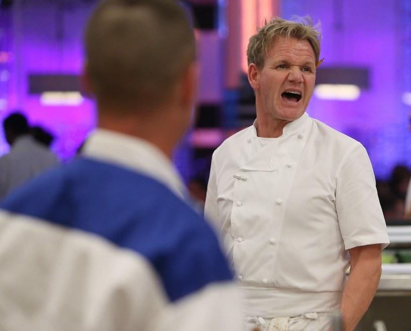 """Słynny szef kuchni przygotowuje się do premiery swojego nowego kulinarnego programu. """"Gordon Ramsay's Future Food Stars"""" przedstawi zmagania dwunastu uczestników, którzy powalczą o otrzymanie finansowego wsparcia w otworzeniu wymarzonej restauracji. Okazuje się, że ekipa telewizyjna pokrzyżowała plany pewnej pary, która w tym samym miejscu brała ślub. W odpowiedzi na zarzuty Ramsay zaoferował nowożeńcom… darmowy posiłek w swojej restauracji."""