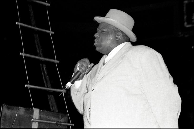 """O życiu rapera Christophera Wallace'a, znanego pod pseudonimami Notorious B.I.G. oraz Biggie Smalls, opowiedziano już dużo. Były to jednak opowieści związane głównie z jego tragiczną śmiercią, która - według plotek - miała być zemstą za zabicie Tupaca Shakura. Twórcy nowego dokumentu Netfliksa zatytułowanego """"Biggie: I Got a Story to Tell"""" zapowiadają, że zamiast na śmierci artysty, skupili się na jego życiu. Właśnie zadebiutował zwiastun tej produkcji."""