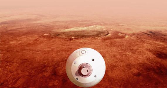 Łazik Perseverance z helikopterkiem Ingenuity dziś wieczorem lądują na Marsie. Ich misja, której ilustracją są ich nazwy Wytrwałość i Pomysłowość, ma być przełomem w badaniach Czerwonej Planety, a szczególnie w programie poszukiwań tam śladów życia. Łazik ma pobrać i zabezpieczyć w odpowiednich pojemnikach kilkadziesiąt próbek skał w rejonie, który był prawdopodobnie deltą dawnej marsjańskiej rzeki. Te próbki zabiorą na Ziemię kolejne misje. Perseverance ma także m.in. przetestować pionierską technologię odzyskiwania tlenu z marsjańskiej atmosfery i zobaczyć, jak będzie sobie radził Ingenuity, pierwszy pojazd latający na obcej planecie.