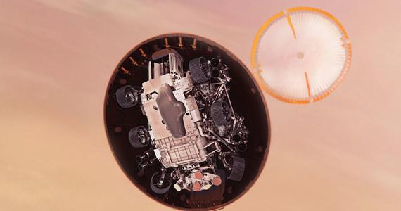 Dziś wieczorem na Marsie ląduje wysłany przez NASA łazik Perseverance. Kluczowe znaczenie dla sukcesu tego etapu misji ma oprogramowanie, które umożliwi lądowanie, w pewnym sensie, w sposób autonomiczny - mówi RMF FM Paweł Wojtkiewicz, dyrektor ds. sektora kosmicznego w GMV - największej w Polsce firmie zajmującej się kosmicznym oprogramowaniem. Komputer na pokładzie Perseverance jest dziesięciokrotnie bardziej wydajny niż komputer, który od 2012 roku obsługuje łazik Curiosity. Ma też 8 razy więcej dostępnej pamięci. Ta misja jest wyposażona w urządzenia o wiele większych możliwościach niż wszystkie inne poprzednie misje, które docierały na Czerwoną Planetę.