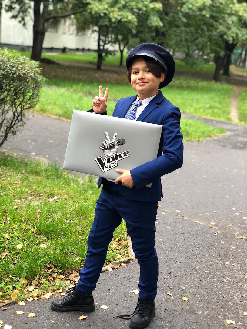 """27 lutego w TVP2 zobaczymy pierwszy odcinek nowej edycji """"The Voice Kids"""". W programie nastąpiła jedna zmiana - zabraknie Jana Dąbrowskiego, który wręczał koperty śpiewającym uczestnikom."""