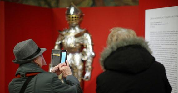 Zbroję młodego Zygmunta II Augusta, którą premier Węgier Viktor Orban przekazał Polsce, do końca lutego będzie można oglądać bezpłatnie w Sali Senatorskiej Zamku Królewskiego na Wawelu.